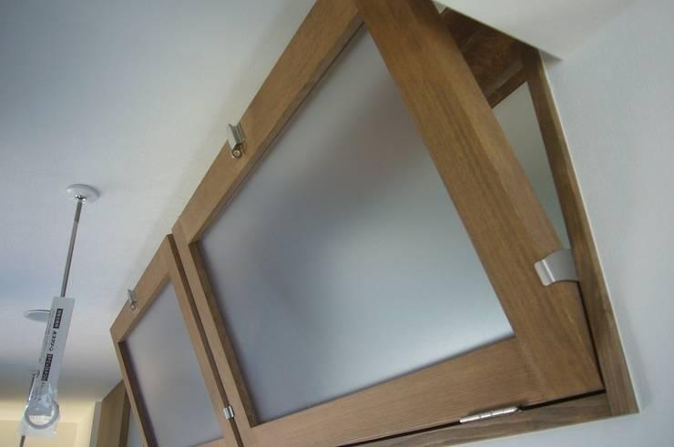 中庭を挟んだ二世帯住宅: 三浦尚人建築設計工房が手掛けた窓です。