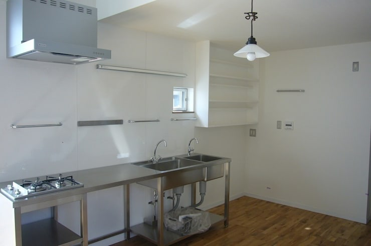 中庭を挟んだ二世帯住宅: 三浦尚人建築設計工房が手掛けたキッチンです。