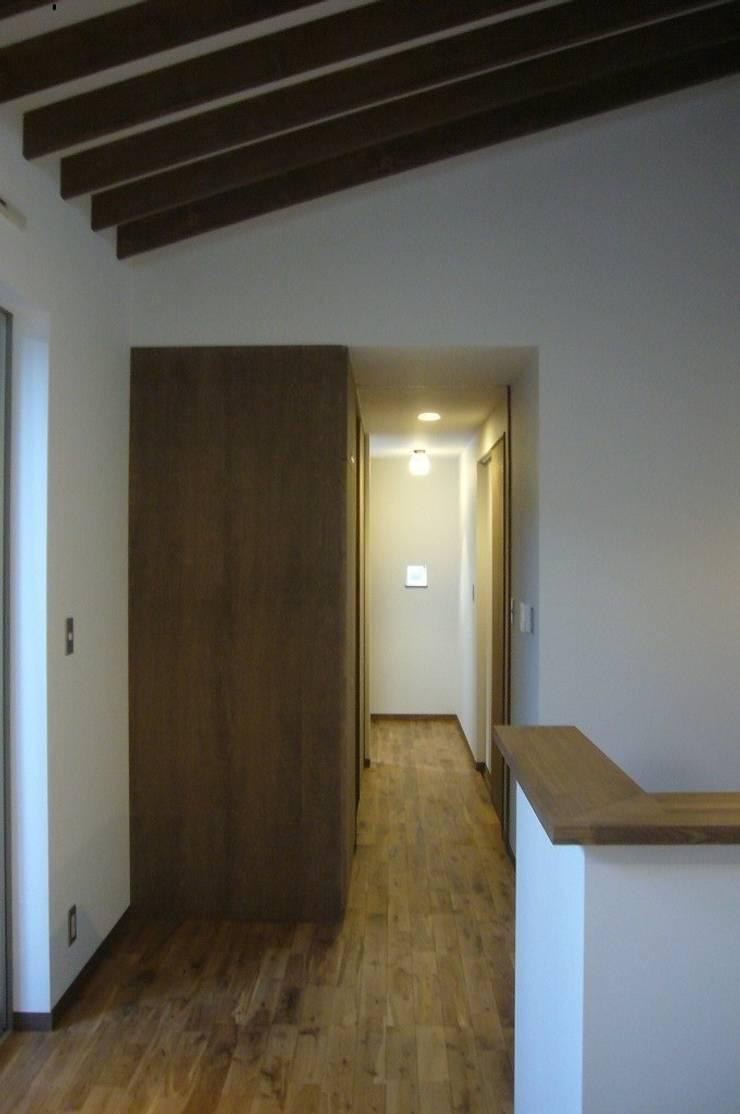 中庭を挟んだ二世帯住宅: 三浦尚人建築設計工房が手掛けた廊下 & 玄関です。
