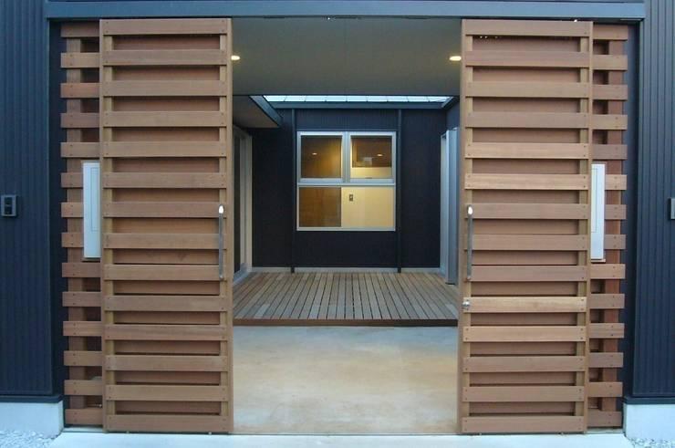 中庭を挟んだ二世帯住宅: 三浦尚人建築設計工房が手掛けた庭です。