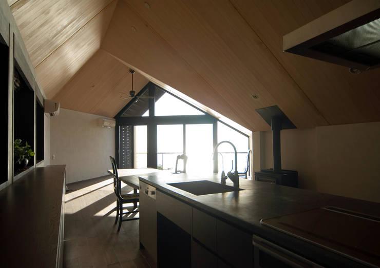 葉山の別荘: 井上洋介建築研究所が手掛けたキッチンです。