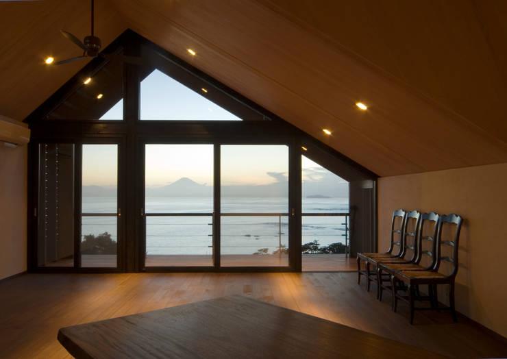 葉山の別荘: 井上洋介建築研究所が手掛けたリビングです。