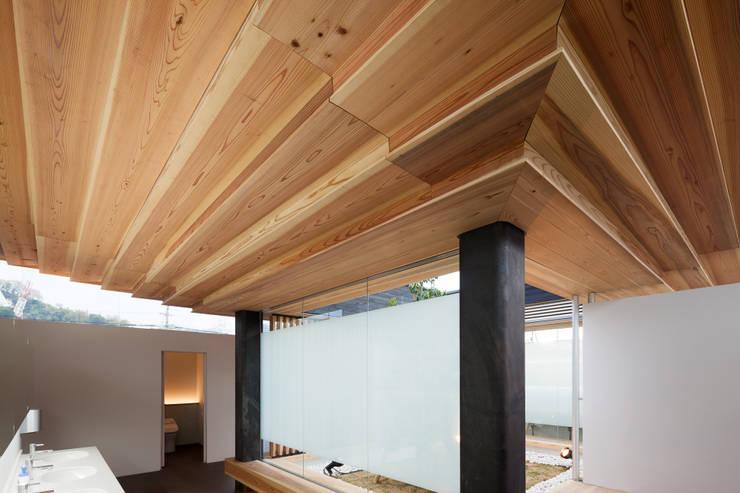 内観: bUd アトリエ一級建築士事務所が手掛けた商業空間です。
