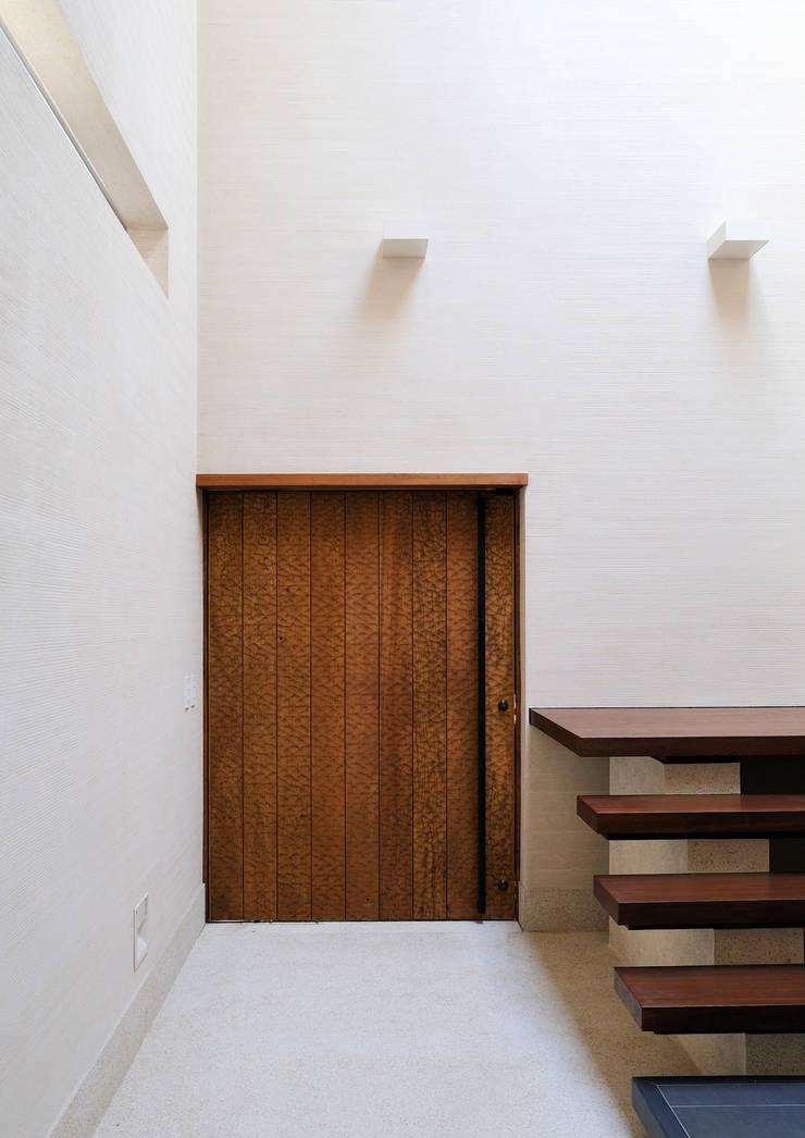 用賀の住宅: 井上洋介建築研究所が手掛けた壁です。