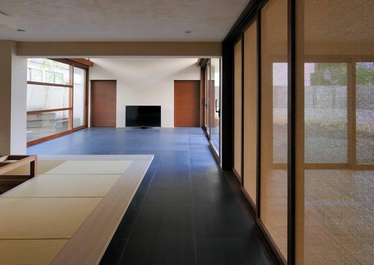 用賀の住宅: 井上洋介建築研究所が手掛けたリビングです。