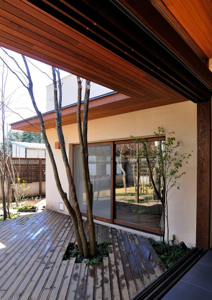 用賀の住宅: 井上洋介建築研究所が手掛けたテラス・ベランダです。