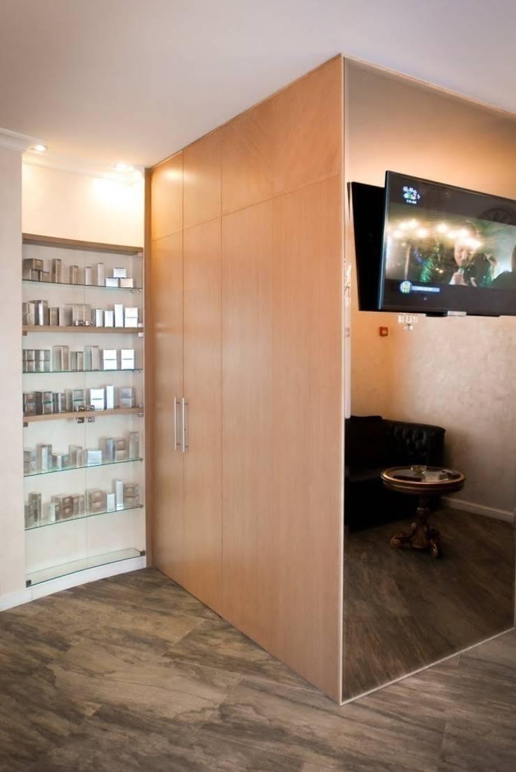 Встроенный шкаф: Офисные помещения и магазины в . Автор – ООО 'Катэя+',