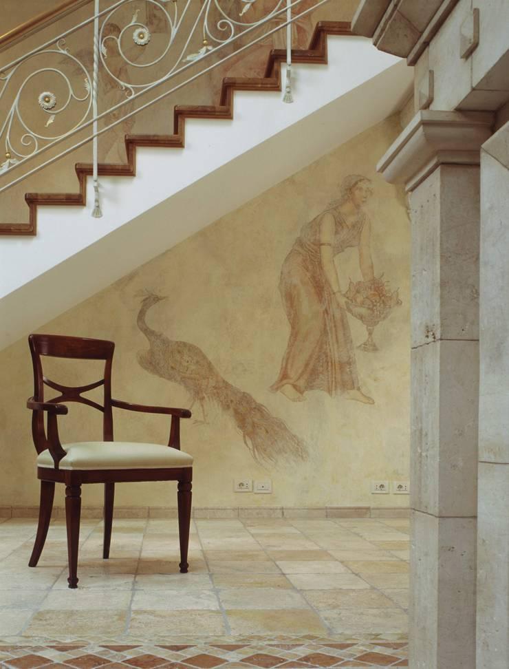 Ступени на лестнице: Гостиная в . Автор – ООО 'Катэя+'