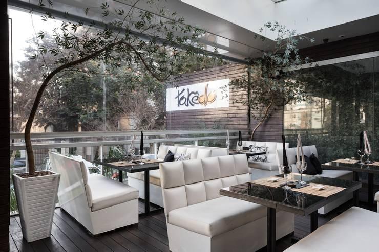 Restaurante Takêdo - Deck: Espaços gastronômicos  por Kali Arquitetura