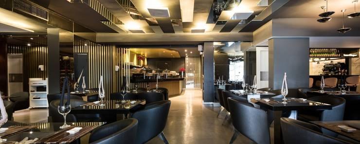 Restaurante Takêdo - Salão: Espaços gastronômicos  por Kali Arquitetura