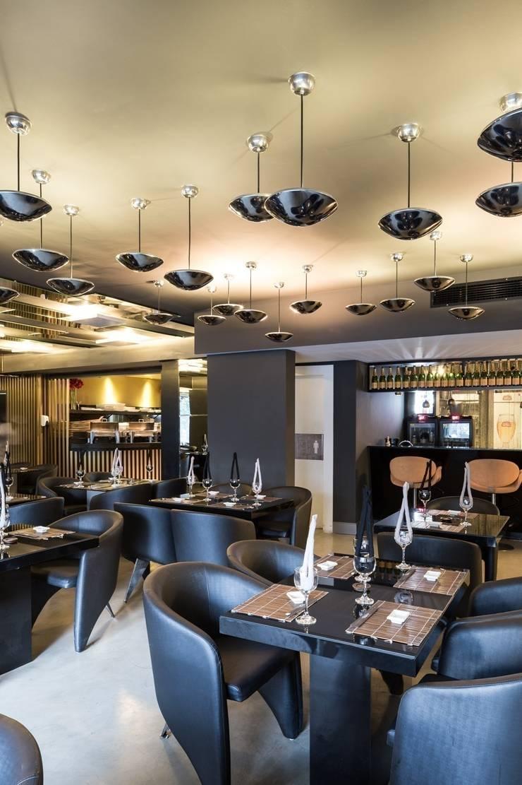 Restaurante Takêdo - Salão, Bar da Veuve Clicquot e Sushi bar: Espaços gastronômicos  por Kali Arquitetura