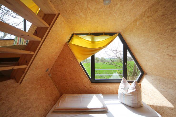Untere Schlafwabe: moderne Schlafzimmer von Grüne Wiek