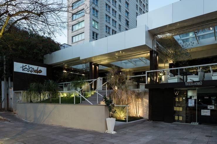 Restaurante Takêdo - Fachada: Espaços gastronômicos  por Kali Arquitetura