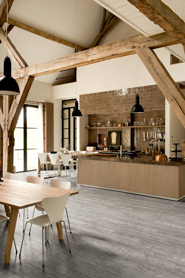Reclaimed Oak Light Grey:  Walls & flooring by Quick-Step