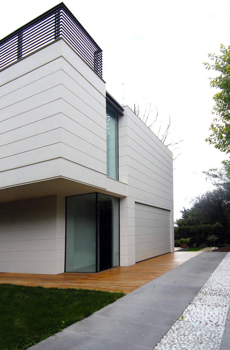 HSBC – housescape reggio emilia: Garage/Rimessa in stile  di NAT OFFICE - christian gasparini architect