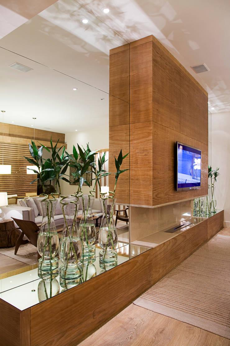 LOFT PRAIA: Salas de estar  por Tweedie+Pasquali