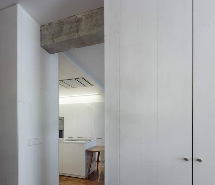 Piso Vilas: Cocinas de estilo moderno de Castroferro Arquitectos