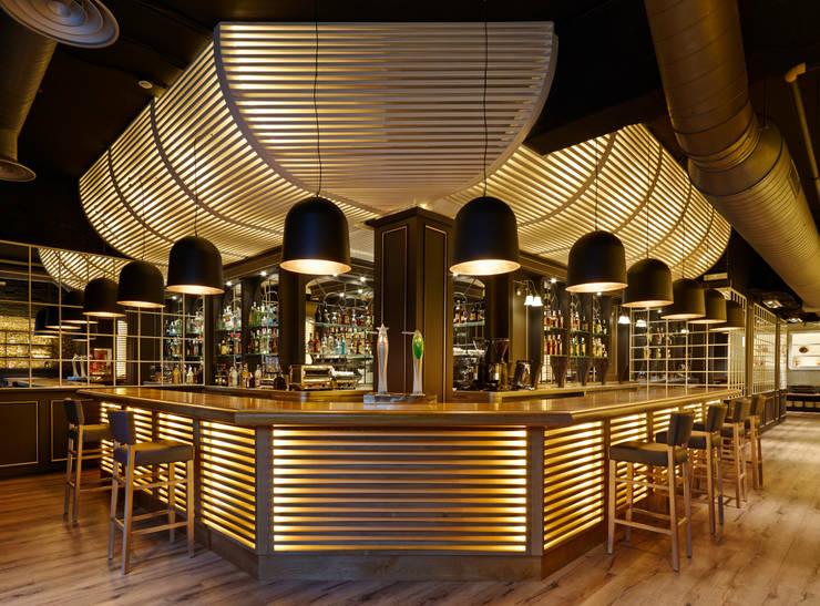 Barra de bar: Locales gastronómicos de estilo  de Carlos Martinez Interiors