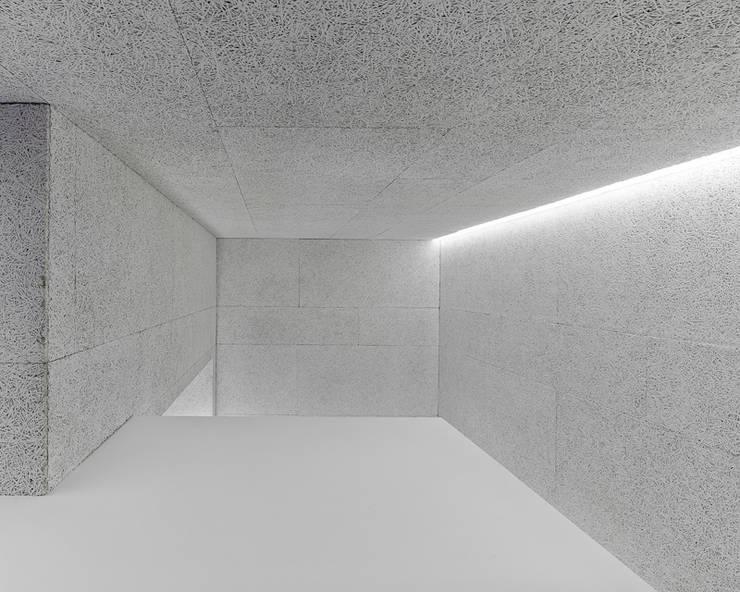 Piso Heraklith: Pasillos y vestíbulos de estilo  de Castroferro Arquitectos