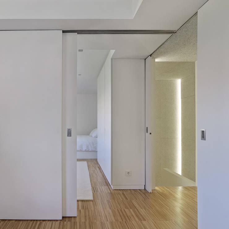 Piso Heraklith: Dormitorios de estilo  de Castroferro Arquitectos