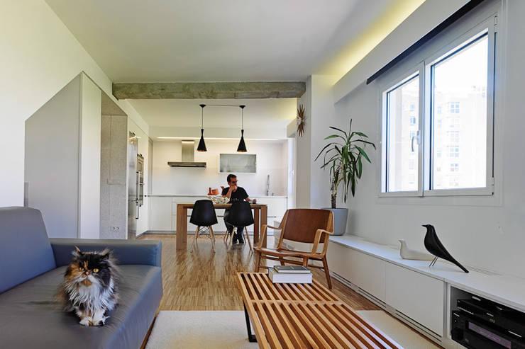 Piso Heraklith: Salones de estilo moderno de Castroferro Arquitectos