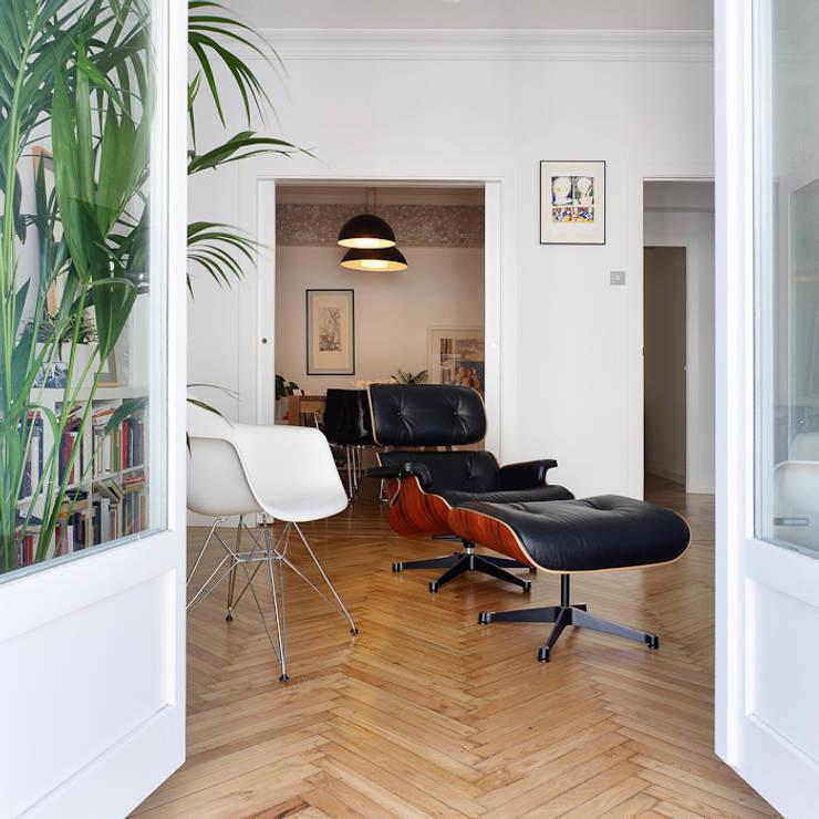 Piso en Vigo: Salones de estilo moderno de Castroferro Arquitectos
