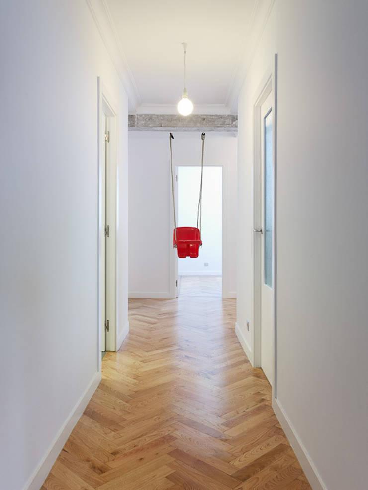 Piso en Vigo: Pasillos y vestíbulos de estilo  de Castroferro Arquitectos