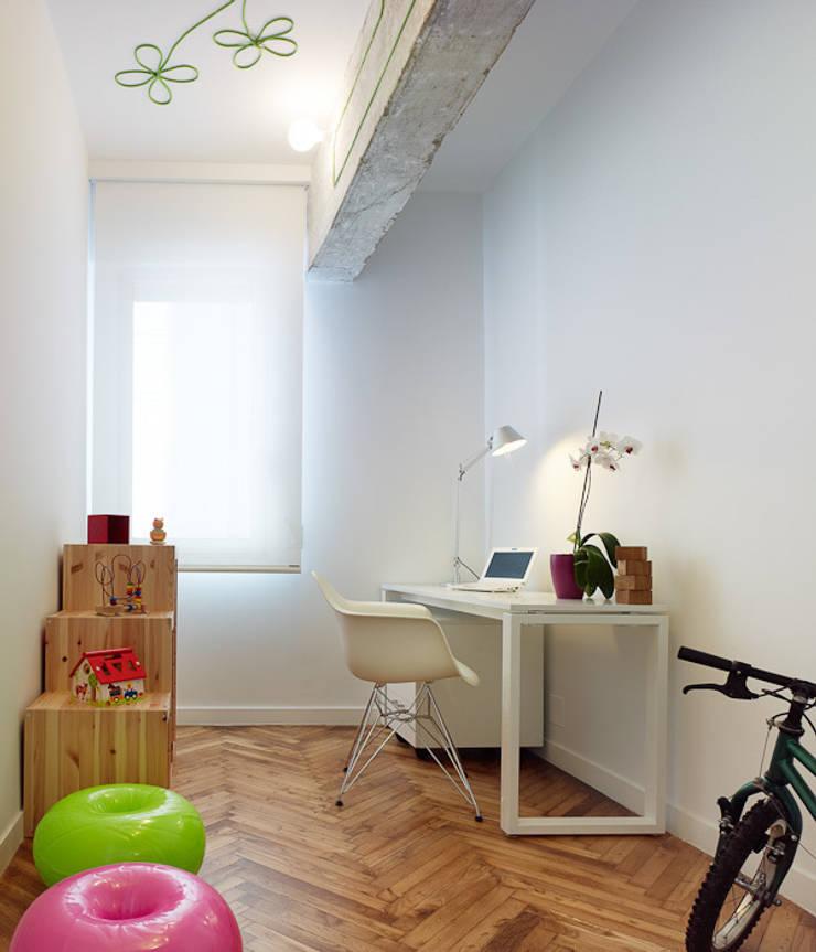 Piso en Vigo: Estudios y despachos de estilo moderno de Castroferro Arquitectos