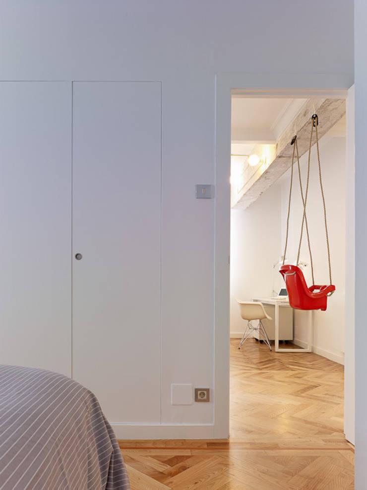 Piso en Vigo: Dormitorios de estilo moderno de Castroferro Arquitectos
