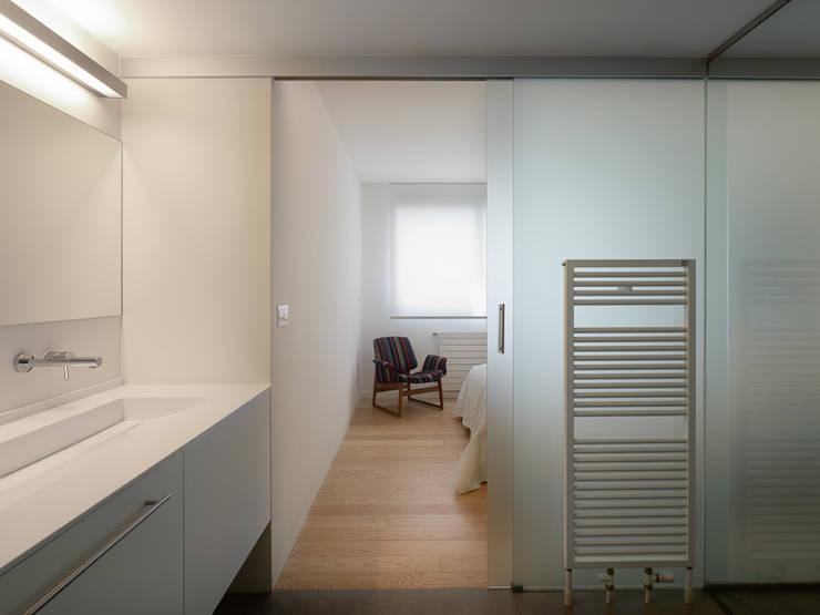 Piso Viroc: Baños de estilo moderno de Castroferro Arquitectos