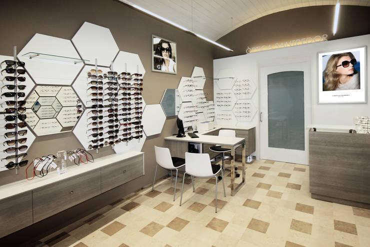 ÓPTICA ZONA DE VENTAS: Espacios comerciales de estilo  de Crespi Interiorisme