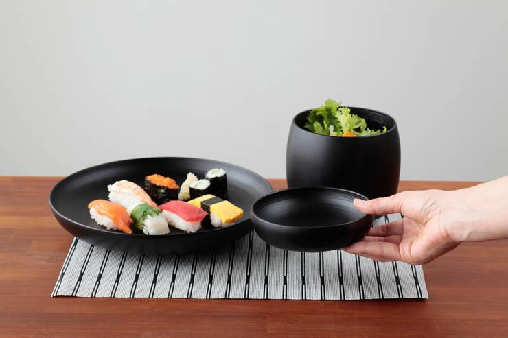 黒: KENICHIRO OOMORI MOVING DESIGNが手掛けたキッチンです。,