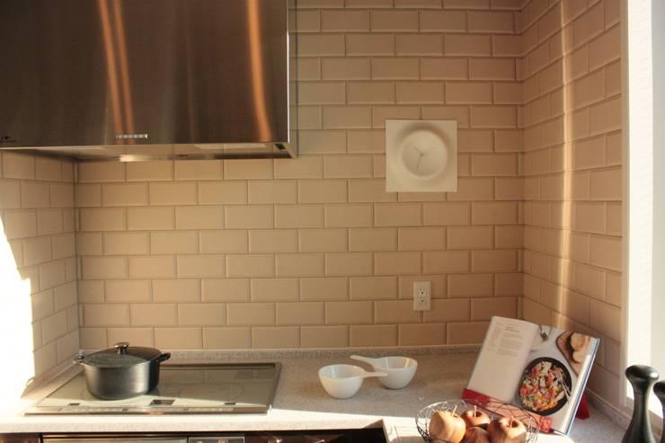クレータークロック: KENICHIRO OOMORI MOVING DESIGNが手掛けたリビングルームです。