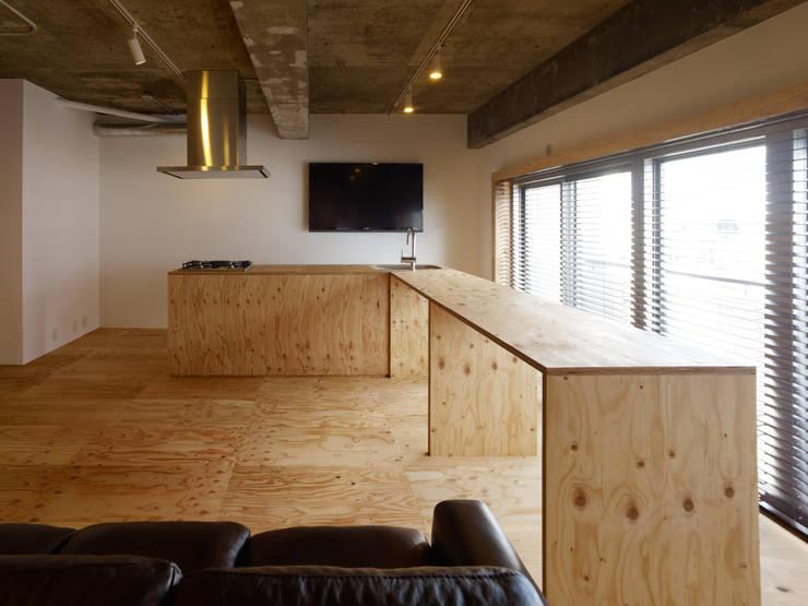中目黒・ROOM・S(NAKAMEGURO・ROOM・S): 吉田裕一建築設計事務所が手掛けたリビングです。,ミニマル 合板(ベニヤ板)