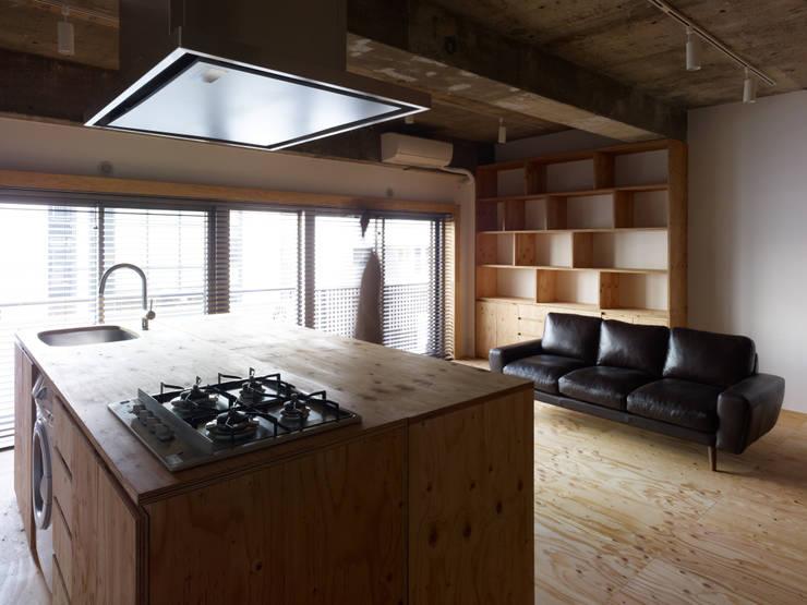 中目黒・ROOM・S(NAKAMEGURO・ROOM・S): 吉田裕一建築設計事務所が手掛けたダイニングです。,ミニマル 合板(ベニヤ板)