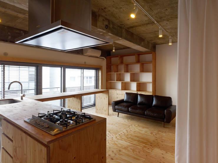 中目黒・ROOM・S(NAKAMEGURO・ROOM・S): 吉田裕一建築設計事務所が手掛けたキッチンです。,ミニマル 合板(ベニヤ板)