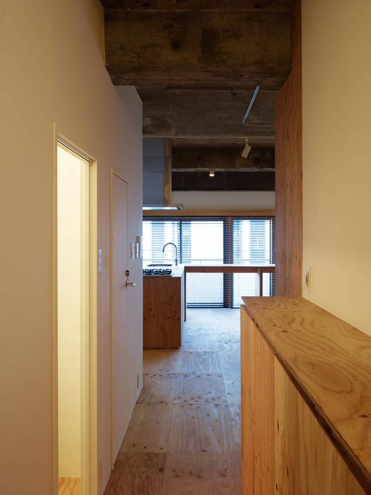 中目黒・ROOM・S(NAKAMEGURO・ROOM・S): 吉田裕一建築設計事務所が手掛けた廊下 & 玄関です。,ミニマル 合板(ベニヤ板)