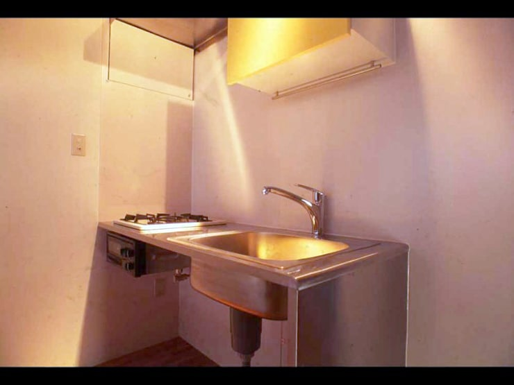ハニカムコアハウス家具: 株式会社 伊坂デザイン工房が手掛けたリビングルームです。