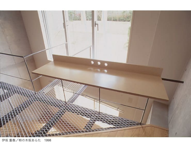 柿の木坂あらた家具: 株式会社 伊坂デザイン工房が手掛けたリビングルームです。