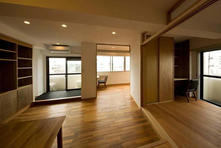 根津・ROOM・T(NEZU・ROOM・T): 吉田裕一建築設計事務所が手掛けたリビングです。