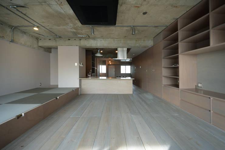 駒場・ROOM・S(KOMABA・ROOM・S): 吉田裕一建築設計事務所が手掛けたリビングです。