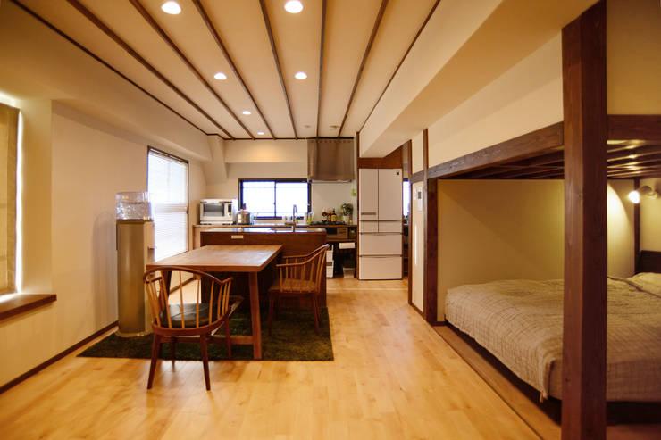 御嶽山・ROOM・T(ONTAKESAN・ROOM・T): 吉田裕一建築設計事務所が手掛けたリビングです。