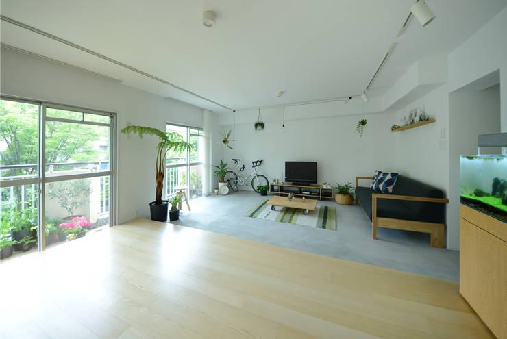 荏田・ROOM・M(EDA・ROOM・M): 吉田裕一建築設計事務所が手掛けたリビングです。