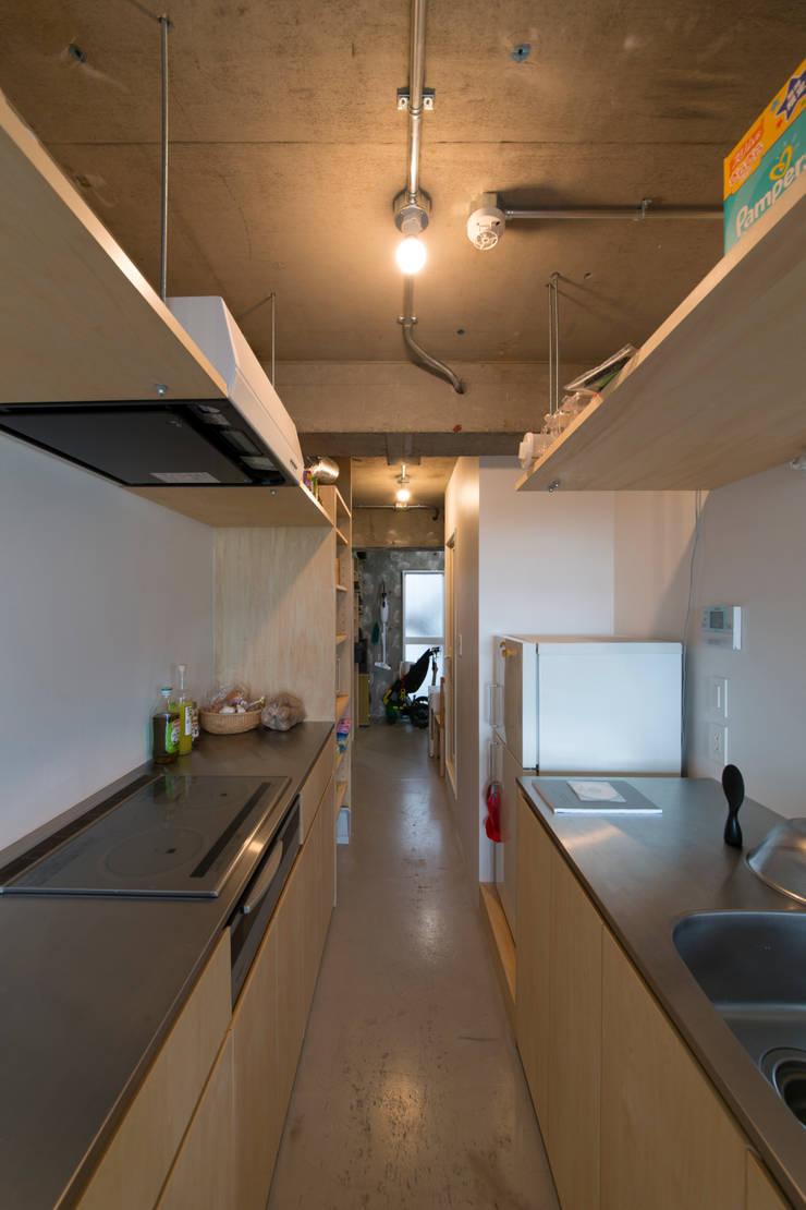 築地・ROOM・H(TSUKIJI・ROOM・H): 吉田裕一建築設計事務所が手掛けたキッチンです。