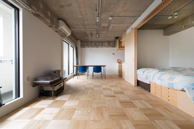 築地・ROOM・H(TSUKIJI・ROOM・H): 吉田裕一建築設計事務所が手掛けたリビングです。