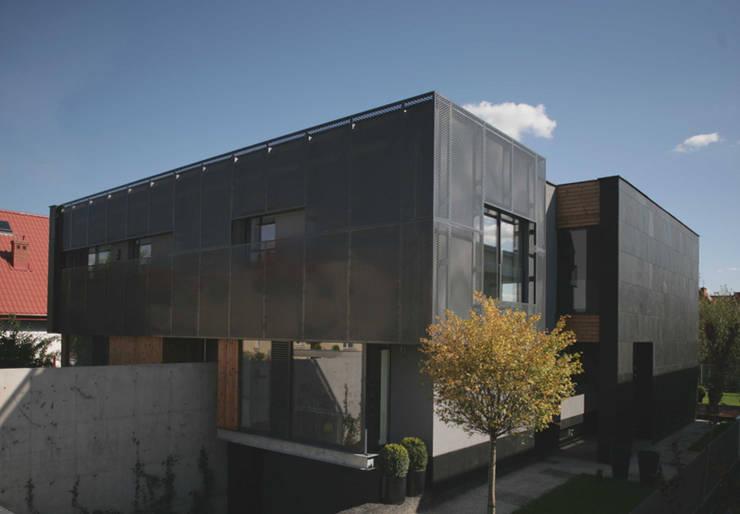 KL wejscie: styl , w kategorii Domy zaprojektowany przez Jednacz Architekci