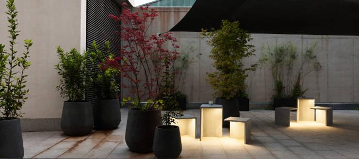 Lampe de sol Empty - Vibia : Jardin de style de style Minimaliste par Astéri