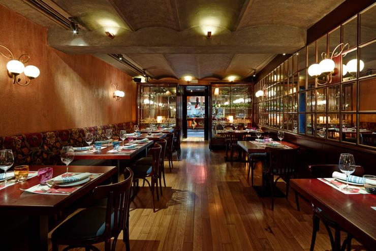 Sala 2: Locales gastronómicos de estilo  de Carlos Martinez Interiors