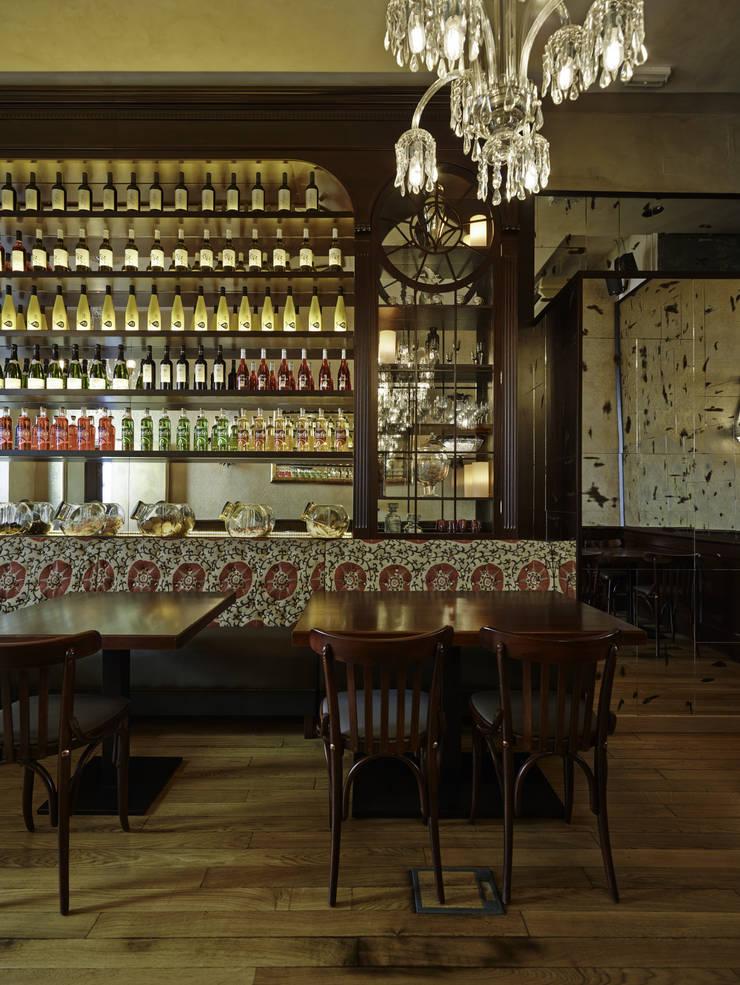 Sala 3: Locales gastronómicos de estilo  de Carlos Martinez Interiors