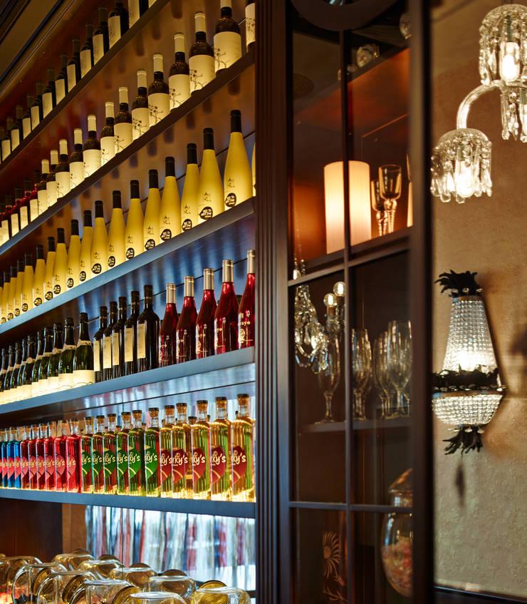 Detalle estanterias: Locales gastronómicos de estilo  de Carlos Martinez Interiors